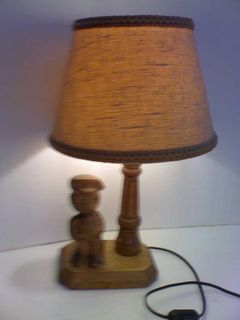 Retro-Tischlampe mit Figuren-Holzfuß, aus Sammlungs-Auflösung - Simbach (Inn) Zentrum