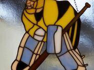 Fensterbild (Handarbeit) aus Glas, Eishockeytorwart