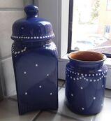 blau-weiß gepunktete Keramikvase und Bonboniere