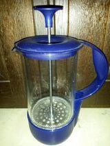 Milchaufschäumer, Glas mit blauem Kunststoff-Griff
