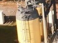 P171 gebrauchter 46.000 Liter GF-UP Tank Kunststofftank Flachbodentank stehender Lagertank mit Gestell + Leiter Wassertank Flüssigfuttertank Molketank - Nordhorn