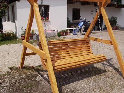 Sommerbank geschwungen aus Holz fertig lasiert Länge ca 1,4 m - Tyrlaching