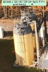 P171 gebrauchter 46.000 Liter GF-UP Tank Kunststofftank Flachbodentank stehender Lagertank mit Gestell + Leiter Wassertank Flüssigfuttertank Molketank