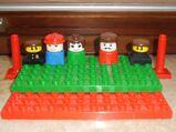 Lego Duplo 2 Bauplatten grün u. rot incl. 5 Figuren