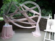 Hochzeitbogen Hintergrund, Gestell in Herzform. Neu - Marsberg