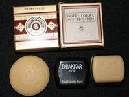 Parfüm-Miniaturen, Duftpröbchen und zwei Seifenstücke - Herne