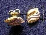 Goldene Ohrstecker