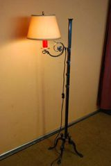 Schmiedeeiserne Stehlampe aus der Zeit um 1950 / Lampe - einflammig
