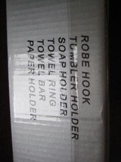 Accessoires für Badezimmer von Diplon, neu und unbenutzt, Handtuchhalter länglich, Handtuchhalter ringförmig, Zahnputzbecher aus Glas mit Halter, Seifenschale aus Glas mit Halter, Halter für Waschlappen, verpackt in Original-Karton - Unterleinleiter