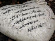 Herz Grabherzmit Inschrift und Rose. Ganz leise gingst du von uns fort
