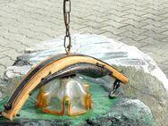 Hängelampe rustikal: auf Holz/Eisenbogen montiert ( Ochsengeschirr), mit farbigem Glas - Frankfurt (Main)