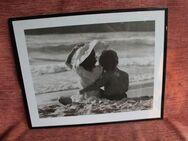 """schwarz-weiß Foto im Rahmen """"Junge Liebe am Strand"""" - Bad Belzig"""