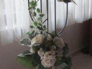 Deko: Blumensträuße, 2 Deko-Ständer, Glasgefäße, Vase mit 5 roten Rosen - München