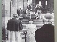Weihegebet zu Marienstatue im Speyerer Dom mit Papst-Bild - Münster