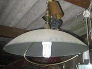 Deckenlampe mit Glasschirm und Metallbügel darunter - Bad Belzig Zentrum