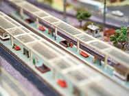 Modelleisenbahn / Kleinbahn H0 inkl. Kasten,  Modellbahnvitrine mit Beleuchtung und diverses Zubehör - München Schwabing-West