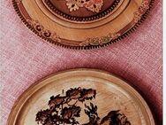 2 Wandteller aus Holz - Bemalt mit einem Reh und Ornamentmuster ( Russland ) - Groß Gerau