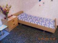 Bett mit Lattenrost einschließlich Nachtschränkchen. - Harzgerode