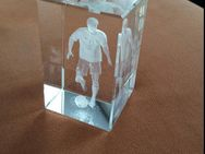 Glaswürfel mit Fußballer. Fußballfanartikel