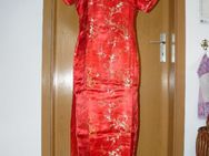 Rotes Kleid im China - Look