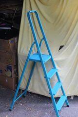 vierstufige hellblaue Stehleiter