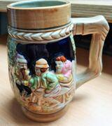 Ein nostalgischer Bierkrug mit Wassermühle Motiv
