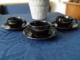 Drei Espressotassen mit Untertellern. Setpreis.