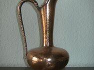 """Kupferkaraffe/-vase """"Made in Trient"""", mit Kupfertablett """"Wall"""". Schwere Ausführung, Karaffenhöhe 28, Tablett 33x25. Es handelt sich um massive Ware (1,3 kg)."""