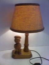 Retro-Tischlampe mit Figuren-Holzfuß, aus Sammlungs-Auflösung