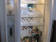 Schrank, mit zwei Glasvitrinen und Innenspiegel, weiss - Erlensee