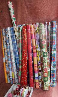 große Menge verschiedenster Rollen buntes Geschenkpapier und Bändelchen - Bad Belzig Zentrum