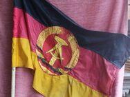 alte DDR-Handflagge am Holzstiel - Bad Belzig Zentrum