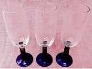 3 Sektgläser mit blauem Fuß / grünem Stiel - ca. 0,2 Lt. Volumen - Groß Gerau