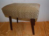 Alter Sitzhocker mit beigefarbenen Strukturstoff / Hocker mit vier Füßen - Zeuthen