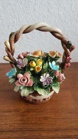 Kleiner Porzellan Blumenkorb mit Stempel.