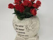 Gravur Du wirst für immer in unseren Herzen sein, Grabschmuck Herz mit roten Rosen, Kunstblumen - Uslar
