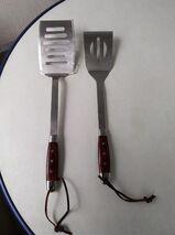 2 stabile Stahl Grill oder Pfannenwender mit Holzgriffen und Lederband