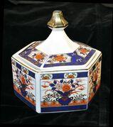 Japanische Deckeldose aus Porzellan oder Keramik