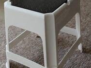 weißer stabiler Plastikhocker, Tritthocker mit Stauraum unter der Sitzfläche - Bad Belzig