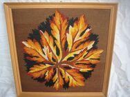 Wandbild gestickt, farbenbuntes Herbstblatt - Bad Belzig Zentrum