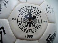 Fußball der WM 1990 mit den Autogrammen der Spieler - Mainz