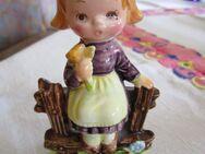 Porzellanfigur Mädchen sitzend auf einen Zaun - Weichs
