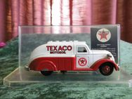 Spritzguss Modellauto Texaco / Modellauto Dodge Airflow 1937 / Texaco showcase - Zeuthen