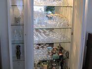 Schrank, mit zwei Glasvitrinen und Innenspiegel, weiss, - Erlensee