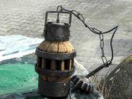 Rustikale Lampe: stilisierte Kanne aus Holz und Metall an Kettenaufhängung - Frankfurt (Main)