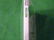 """""""Reiten – lieber hoch zu Ross als schlecht zu Fuß"""" von Wolfgang Willnat in sehr gutem Zustand, Delphin Verlag, 62 Seiten, stammt aus 1990, ISBN: 3773554524, zum Schutz für weiteren Gebrauch schon eingebunden, 3,- € - Unterleinleiter"""