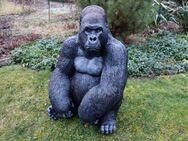 Affe Gorillakind sitzend Dekofigur für Haus und Garten - Hergisdorf