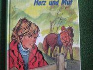 """""""Junge Reiter mit Herz und Mut"""" von Ingeborg Sinn in sehr gutem Zustand, J. Richter Verlag, 171 Seiten, stammt aus 1985, ISBN: 3536016693, zum Schutz für weiteren Gebrauch schon eingebunden, 4,- € - Unterleinleiter"""
