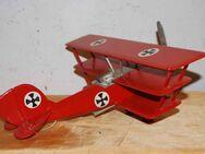 Rotes Modellflugzeug / Dreidecker aus dem 1. Weltkrieg - Zeuthen