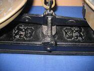 Alte Krämerwaage aus Eisen / Waage mit zwei Waagschalen aus Messing - Zeuthen
